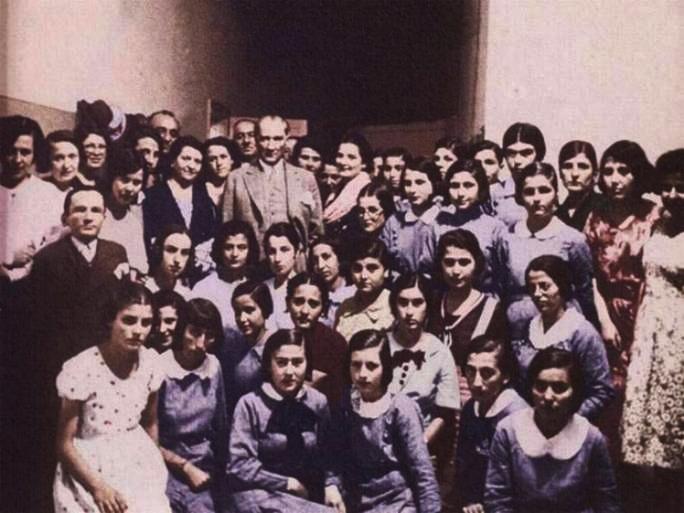 Ataturk_KizOgrencilerle_image006